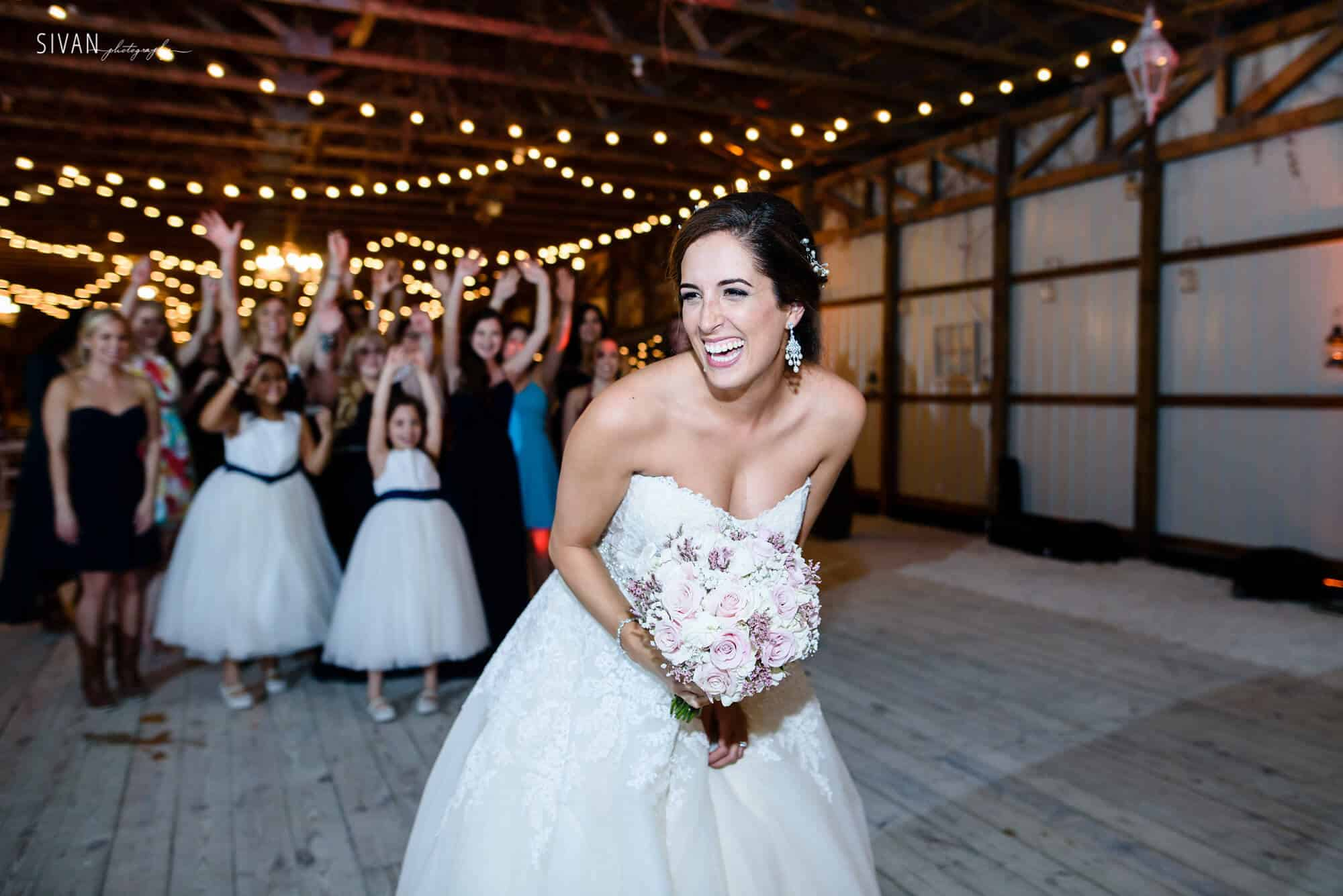 bouquet toss at 3m ranch for orlando wedding