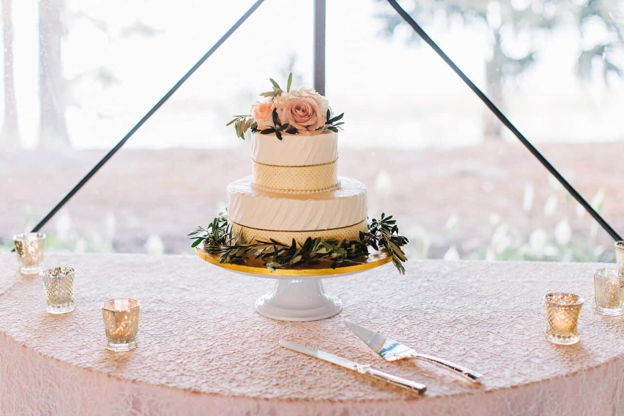 mission inn wedding with amber uplighting wedding cake